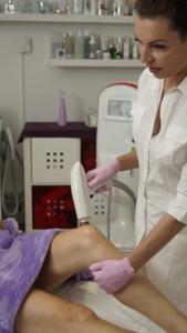 Behandlung von Kniefältchen durch Kniestraffung bei Schöner Körper-the easy way of beauty